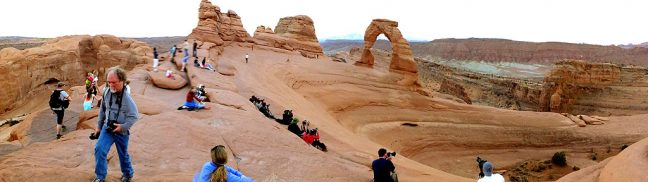 This paragraph shows Delicate Arch and its more or less continuous entourage of photographers on an afternoon in April 2013.