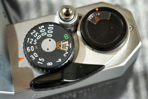 The top panel of the Pentax K1000 is a model of simplicity: shutter release, shutter speed dial, film counter and film advance lever.