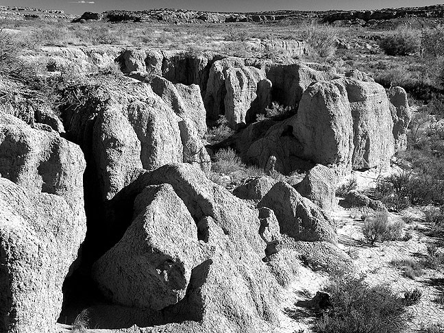 The trail to the Wijiji Great House passes quite close to Chaco Wash.