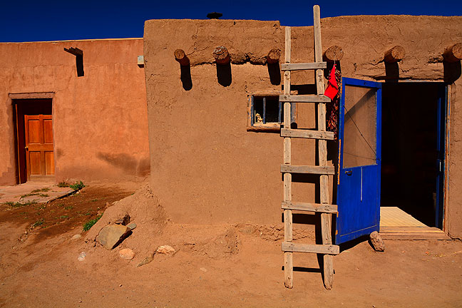 Ladders combine with adobe and wooden beam construction to form typical Puebloan architecture.